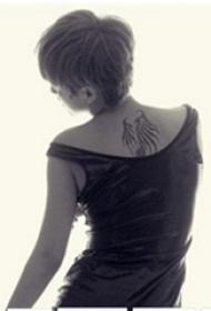 中國紋身明星  譚維維后背上極簡的翅膀紋身圖片