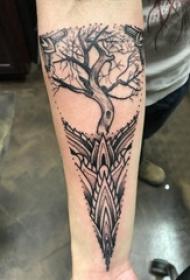 手部树木纹身  女内行臂上树木和几何纹身图片