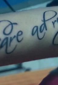 纹身 英文字体  女生手臂上黑色的英文纹身图片