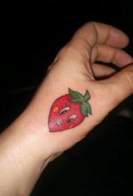 食物纹身 女生手背上彩色的草莓纹身图片