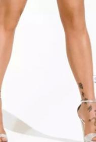 美国纹身明星 Pink脚上吊牌和动物纹身图片