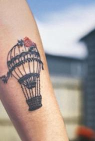热气球纹身 男生手臂上花朵和热气球纹身图片