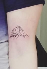 极简线条纹身 女生手臂上莲花和山脉纹身图片