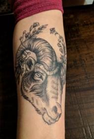 羊头纹身 男生手臂上植物和山羊头纹身图片