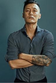 余文乐的纹身  明星手臂上素描的 人物肖像纹身图片