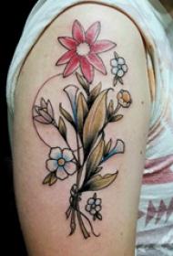 花卉纹身男  男生大臂上彩绘的花卉纹身图片