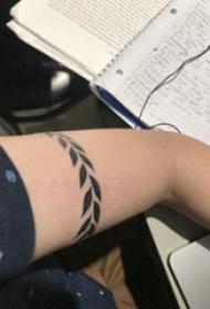 植物纹身 女生大臂上黑色的植物臂环纹身图片