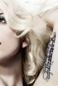 lady gaga的纹身  明星手臂上英文短句纹身图片