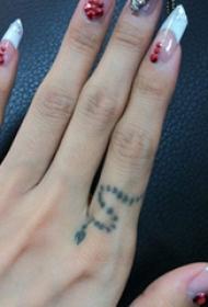 蔡依林纹身图片  明星手指上极简的蛇纹身图片