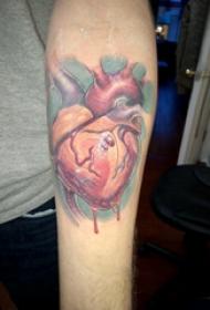 手臂紋身素材 男生手臂上鮮活的心臟紋身圖片