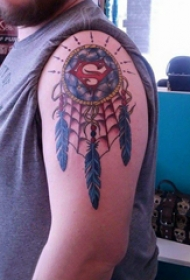 大臂纹身图 男生大臂上超人标志和捕梦网纹身图片