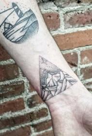 纹身风景 男生手臂上帆船和山脉纹身图片