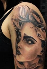人物肖像紋身  女生大臂上蛇和人物肖像紋身圖片