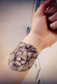 狮子头纹身欧美 男生手腕上黑灰的狮子头纹身图片