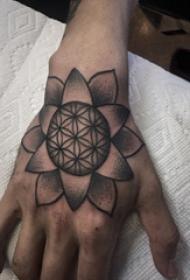 手背纹身 男生手背上黑色的梵花纹身图片