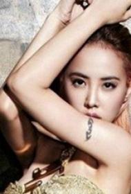 蔡依林纹身图片  明星手臂上极简的黑色纹身图片