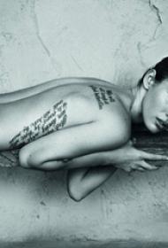 国际纹身明星  明星后背上黑色的英文纹身图片