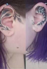 植物纹身 女生耳朵上黑色的植物纹身图片