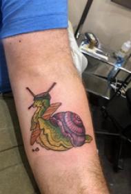 蜗牛纹身图案 男生手臂上彩色的蜗牛纹身图片