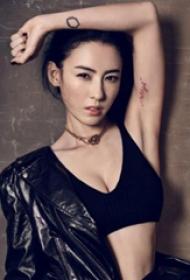 张柏芝的纹身  明星手臂上黑色的极简纹身图片
