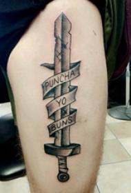 大年夜腿纹身男 男生大年夜腿上英文和长剑纹身图片