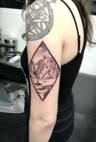 风景纹身  女生手臂上黑灰色的风景纹身图片