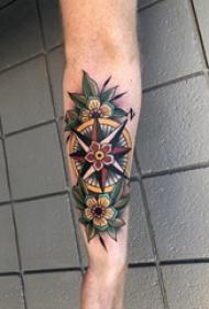 纹身指南针 男内行臂上花朵和指南针纹身图片