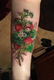 植物纹身 男生手臂上新鲜的草莓纹身图片