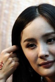 杨幂身上的纹身  明星手部极简的线条纹身图片