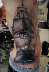 纹身侧腰男 男生侧腰上黑色的帆船纹身图片