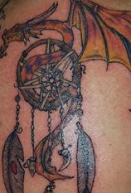 捕梦网纹身图   女生后背上捕梦网和飞龙纹身图片