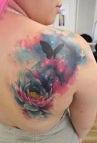 纹身后背女 女生后背上蝴蝶和花朵纹身图片