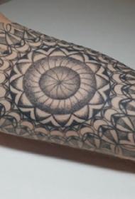 梵花纹身 男生大臂上黑色的梵花纹身图片