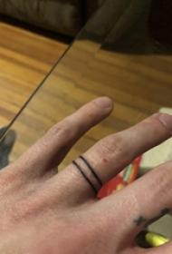 极简线条纹身 男生手指上黑色的戒指纹身图片