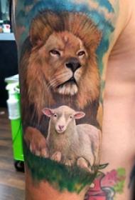 大臂纹身图 男生大臂上羊和狮子纹身图片