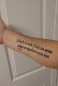 手纹身英文字母  男内行臂上彩绘的英文字母纹身图片