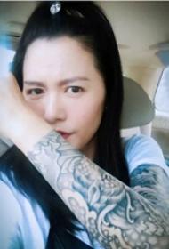 谭维维纹身花臂  明星手臂上黑灰色的浪花纹身图片
