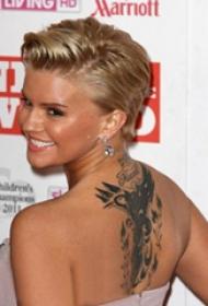 美國紋身明星  明星后背上黑色的動物紋身圖片