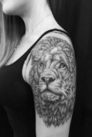 大臂纹身图 女生大臂上黑色的狮子纹身图片