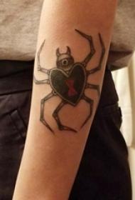 蜘蛛纹身 女内行臂上黑色的蜘蛛纹身图片