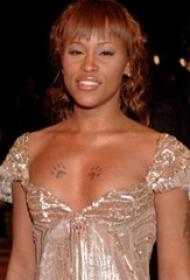 明星紋身  明星胸部上黑色的貓爪紋身圖片