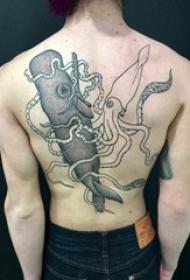 后背纹身男 男生后背上鱿鱼和鲸鱼纹身图片
