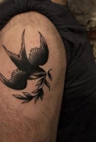 小动物纹身 男生大臂上植物和鸟纹身图片