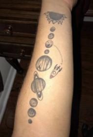 纹身星球 女生手臂上火箭和星球纹身图片