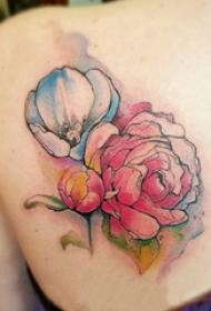 泼墨纹身素材 女生后背上黑色的花朵纹身图片