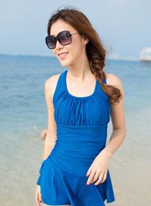 时尚美女连体裙式泳衣海边写真