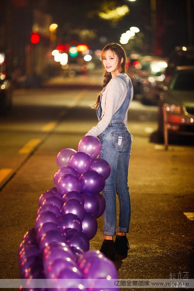 点击大图看下一张:清纯长发美女午夜大街笑容甜美