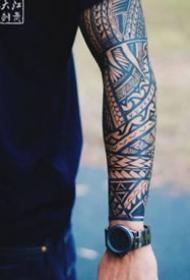 圖騰紋身-簡單干練的代表肌肉和圖騰紋身圖案