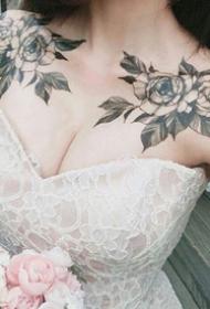 女生肩花纹身_15张女性双肩对称的肩花纹身图案作品图片