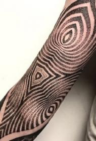 点刺大黑花臂纹身_9张点刺风格的大黑臂纹身图案作品图片